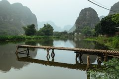 Góra krajobraz i jezioro, NinhBinh, wietnamczyk panorama w Tama Coc zdjęcia stock