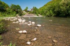 Góra krajobraz, las i szybka halna rzeka, Piękna sceneria z halną rzeką Zdjęcia Stock