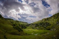 Góra krajobraz w chmurnym letnim dniu Zdjęcie Stock