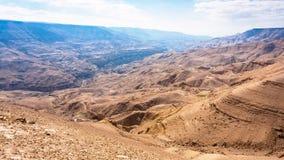 Góra krajobraz w dolinie wadiego Mujib rzeka Zdjęcia Royalty Free