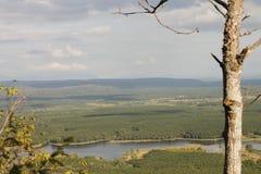 Góra krajobraz w zieleni wally z krystaliczną rzeką, Fotografia Stock