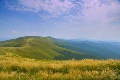 Góra krajobraz z żółtą trawą w przedpolu Obrazy Royalty Free