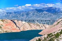 Góra krajobraz z betonowym mostem przez zatokę zdjęcia royalty free