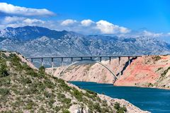 Góra krajobraz z betonowym mostem przez zatokę fotografia royalty free
