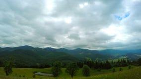 Góra krajobraz z chmurami i deszczem zbiory