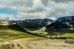 Góra krajobraz z dramatycznym niebem Zdjęcia Royalty Free