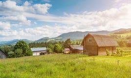 Góra krajobraz z drewnianym domem obrazy stock