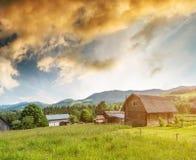 Góra krajobraz z drewnianym domem zdjęcie stock
