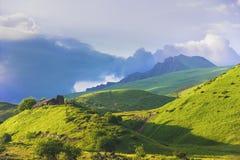 Góra krajobraz z drewnianym domem Zdjęcie Royalty Free