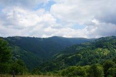 Góra krajobraz z few skrzyżowanie wzgórzy z lasem fotografia stock