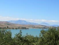 Góra krajobraz z jeziorem i niebem Fotografia Royalty Free