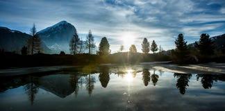 Góra krajobraz z jeziorem w przodzie Obrazy Stock