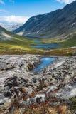 Góra krajobraz z małymi jeziorami w Norwegia fotografia royalty free