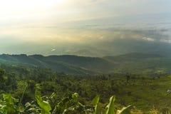 Góra krajobraz z mgły i światła słonecznego piękną naturą Fotografia Royalty Free
