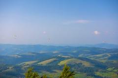 Góra krajobraz z paragliders Kniaź Carpathians, euro Obrazy Royalty Free