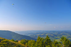 Góra krajobraz z paragliders Kniaź Carpathians, euro Zdjęcia Royalty Free