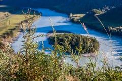 Góra krajobraz z rzeką i trawa przy słonecznym dniem Zdjęcie Royalty Free