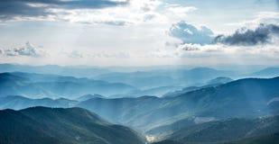 Góra krajobraz z słońce promieniami zdjęcia royalty free