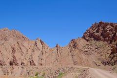 Góra krajobraz z skał warstwami w Andes blisko Laguna Brava, Paso Pircas Negras, Argentyna, Ameryka Południowa fotografia stock