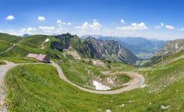 Góra krajobraz z wycieczkować ślad i budę Obrazy Royalty Free