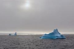 Góra lodowa dryfuje przy Lemaire kanałem Zdjęcie Royalty Free