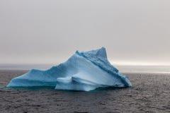 Góra lodowa dryfuje przy Lemaire kanałem Obrazy Royalty Free