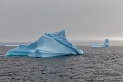 Góra lodowa dryfuje przy Lemaire kanałem Zdjęcia Royalty Free