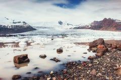 Góra lodowa lodowa laguna Fjallsarlon Cumulus białe chmury odbijają Obraz Stock