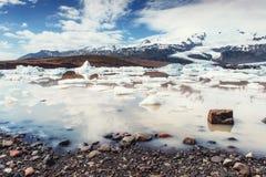 Góra lodowa lodowa laguna Fjallsarlon Cumulus białe chmury odbijają Obraz Royalty Free