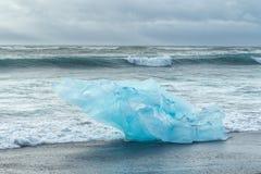 Góra lodowa na oceanu brzeg, Iceland obraz stock