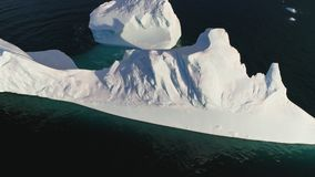Góra lodowa pławik w Antarctica oceanu widoku z lotu ptaka zbiory wideo