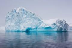 Góra lodowa unosi się along w Antarctica obrazy stock