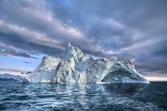 Góra lodowa unosi się w Greenland fjord Obrazy Royalty Free