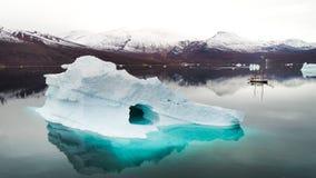 Góra lodowa z żeglowanie łodzią w Greenland Obraz Stock