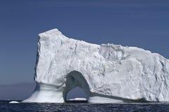 Góra lodowa z ampułą przez wejścia ocean z coa Zdjęcie Royalty Free