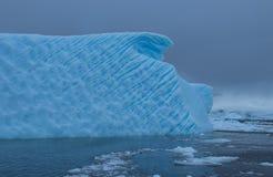 Góra lodowa z wybrzeża Antarctica zdjęcie royalty free