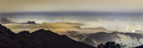 Góra, miasto i chmura, zdjęcie royalty free