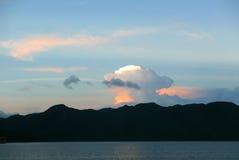 Góra, morze i cloudscape w niebieskim niebie, Obraz Stock