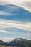 Góra na błękitny chmurnym niebie Obraz Stock