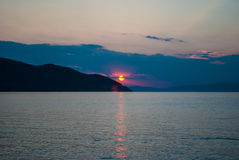 góra nad dennym zmierzchem Zdjęcie Royalty Free