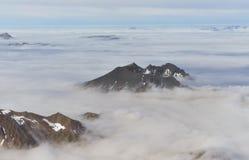 Góra nakrywa przebijanie przez gęstej warstwy chmury Obrazy Royalty Free