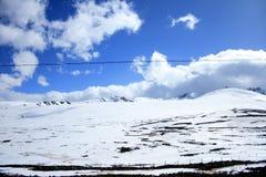 góra obłoczny śnieg Zdjęcia Stock