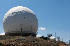 GÓRA OLYMPOS, CYPRUS/GREECE - LIPIEC 21: Radarowa stacja przy górą zdjęcie royalty free