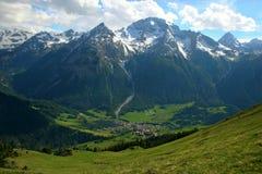 góra osiąga szczyt śnieżną wioskę obrazy stock