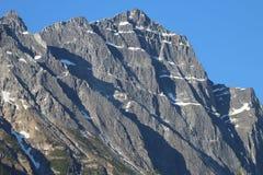 Góra przeciw niebieskiemu niebu Fotografia Royalty Free