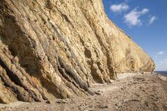 Góra przy plażą z niebieskim niebem fotografia stock