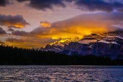 Góra Rundle w wczesnego poranku świetle Obrazy Stock