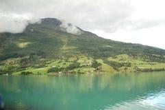 Góra, słońce i jezioro, Zdjęcia Stock