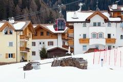 Góra stwarza ognisko domowe, szalety Śnieg i ośrodek narciarski Fotografia Royalty Free