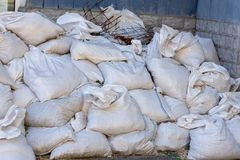 Góra torby z budowa śmieci obrazy royalty free